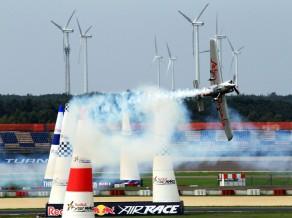 "Bonoms kļūst par ""Red Bull Air Race"" pasaules čempionu"