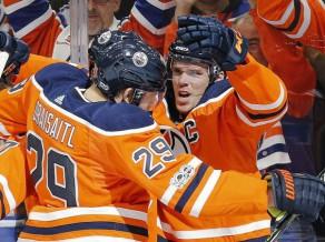 """Makdeivids NHL sezonu sāk MVP formā – visi trīs vārti """"Oilers"""" uzvarā"""