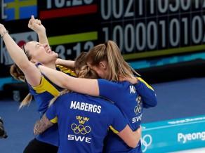 Zviedrijas kērlingistes pārliecinoši atgriežas olimpiskajā virsotnē