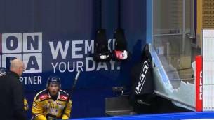 Video: Neapmierināts hokejists sasit aizsargstiklu