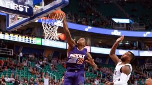Video: NBA pirmssezonas labākajos momentos triumfē Fīniksas aizsargs