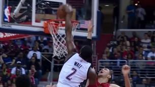 """Video: NBA nedēļas momentos uzvar """"Wizards"""" aizsargs Vols"""