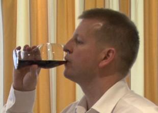 Video: Rīgā prezentē unikālu Riedel Coca cola glāzi