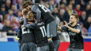 """""""Lyon"""" neizdodas nokopēt Barselonu, EL finālā iekļūst MU un """"Ajax''"""