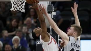 """Bertānam seši punkti """"Spurs"""" negaidītā zaudējumā, nenoturot 21 punkta pārsvaru"""