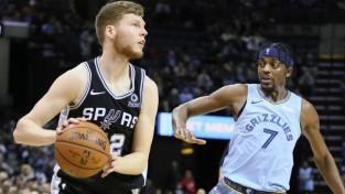 """Bertāns ar četriem tālmetieniem sekmē """"Spurs"""" uzvaru, Valančūnam spēcīga debija"""