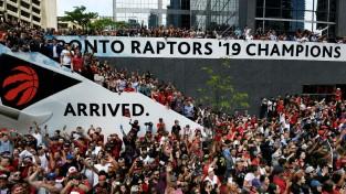 """""""Raptors"""" čempionu parādes laikā Toronto pūlī atskan šāvieni, četri ievainoti"""