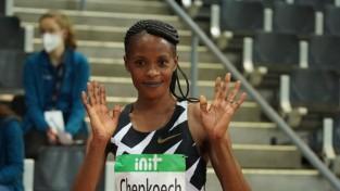Kenijiete Čepkoeča tiek pie otrā pasaules rekorda, uzlabojot piecu kilometru šosejas rezultātu