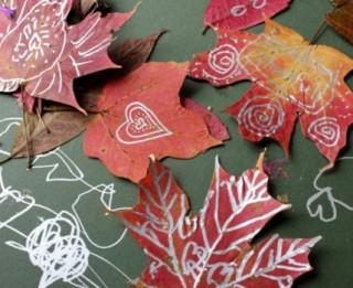 Foto: Skaisti un radoši: rudens lapu gleznas un veidojumi