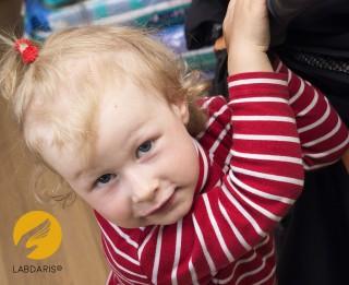 Divus gadus vecai meitenītei ir nepieciešama līdzcilvēku palīdzība