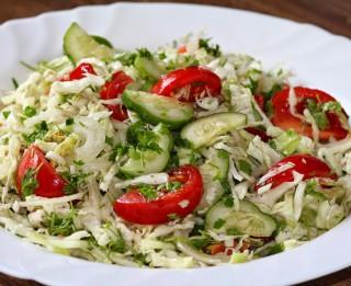 Jauno kāpostu salāti ar ķiršu tomātiņiem