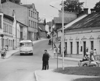 """Aicina atcerēties dzīvi Latvijā melnbaltās fotogrāfijās fotoizstādē """"Atskatoties"""""""
