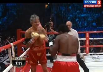 Video: Aktieris Mikijs Rurks boksa ringā nokautē Eliotu Seimoru