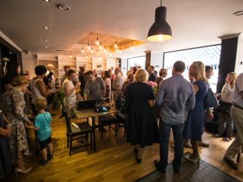 Foto: Atklāta pirmā kafejnīca, kur darbu veic cilvēki ar invaliditāti