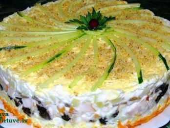 Kārtainā kūka no kūpinātas vistas, žāvētām plūmēm un šampinjoniem