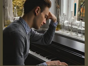 """""""Rīgas festivālā"""" koncertizrādē """"Novecento"""" spēlēs pianists Vestards Šimkus, stāstnieka lomā – Rīgas Krievu teātra aktieris Maksims Busels"""
