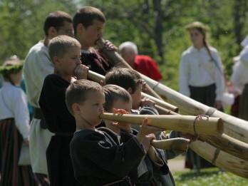 """Latvijas bērnu folkloras kopu svētki """"Būt man kalna galiņā!"""""""