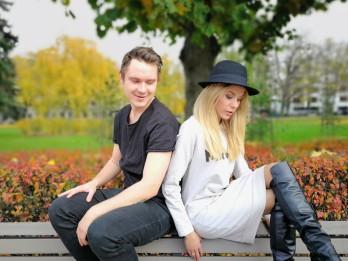 Video: Oskars Deigelis un Jenny May aicina tautiešus atgriezties mājās