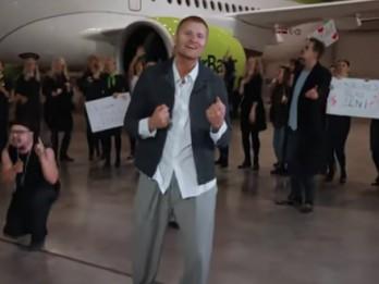 """Video: """"Aizmugures zēnu"""" sveiciens dāmām svētkos"""