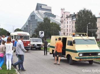 """Foto: Latvijas iedzīvotājus priecē RAF """"Latvija"""" mikroautobusu salidojums"""