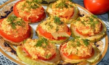 Kabaču gredzeni ar tomātiem un sieru