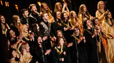 Dzīvespriecīga afroamerikāņu baznīcas mūzika un visiem labi pazīstamas Ziemassvētku melodijas Rīgas Gospelkora Adventa koncertā