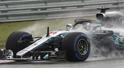Hamiltons lietainajā Ostinā uzvar pirmajos divos treniņos, Fetels saņem sodu