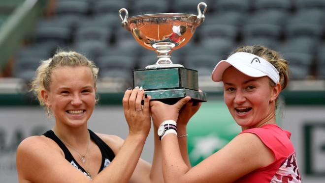 Krejčīkova un Sinjakova piecus gadus pēc panākuma junioru sacensībās uzvar lielajā turnīrā