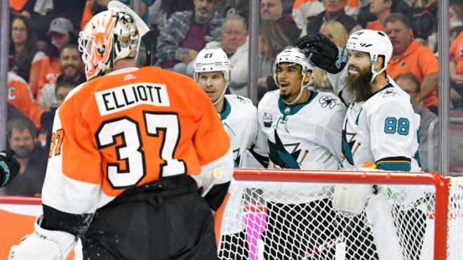 """""""Sharks"""" ar 8:2 grauj Filadelfiju, Toronto līderi turpina uguņot"""