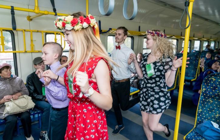 """Ar performancēm stacijā un vilcienā atklāj Jauniešu teātru festivālu  """"Rainis un Aspazija Tev"""""""