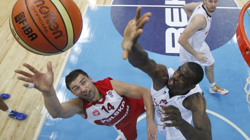 Serže Ibaka metiena bloķēšanas mēģinājumā pret Poliju savā debijas spēlē Eiropas čempionātā  Foto: AP/Scanpix