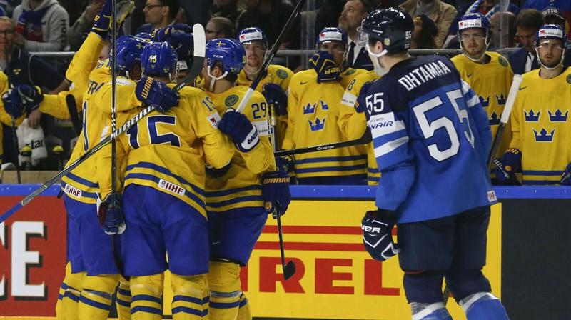 Zviedrijas komanda priecājas pēc Jona Klingberja gūtajiem vārtiem otrā perioda ievadā.  Foto: Reuters/Scanpix