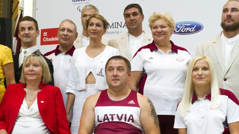 Daiga Dadzīte, Aigars Apinis, Diāna Dadzīte. Foto: Vladislavs Proškins, F64