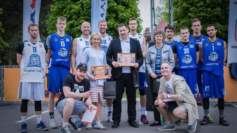 """""""Ghetto Basket"""" Ogrē 2017. gadā. Īpašās atklāšanas spēles dalībnieki un Ogres pārstāvji Publicitātes foto"""