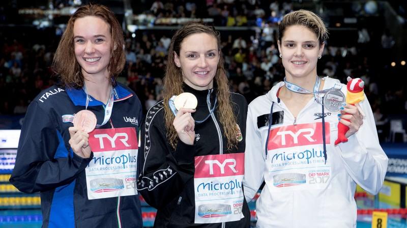 Ukrainas peldētāja Darina Zevina (pa labi) pēc sudraba izcīnīšanas 2017. gada Eiropas čempionātā īsajā baseinā Foto: Reuters/Scanpix