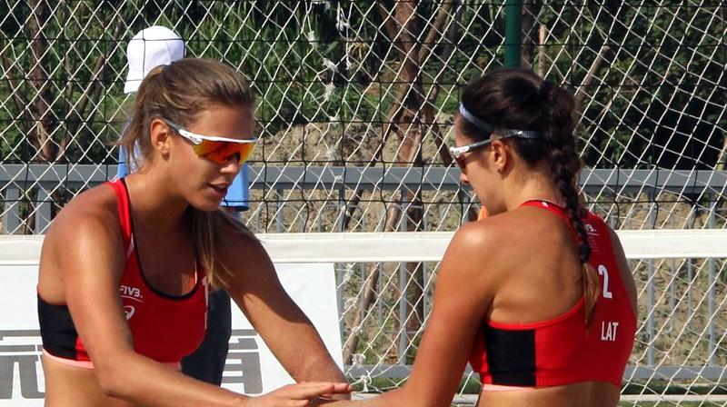 Tīna Graudiņa un Anastasija Kravčenoka. Foto: worldtour.2018.fivb.com