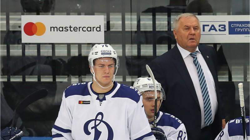 Miks Indrašis un galvenais treneris Vladimirs Krikunovs. Foto: hcdinamo.by