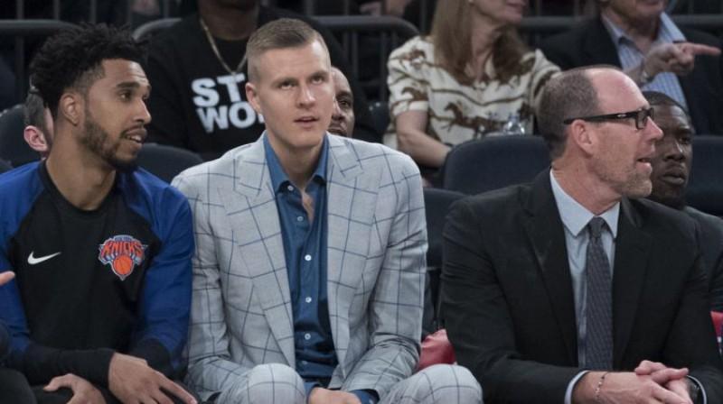"""Kristaps Porziņģis uz """"Knicks"""" soliņa. Foto: AP/Scanpix"""