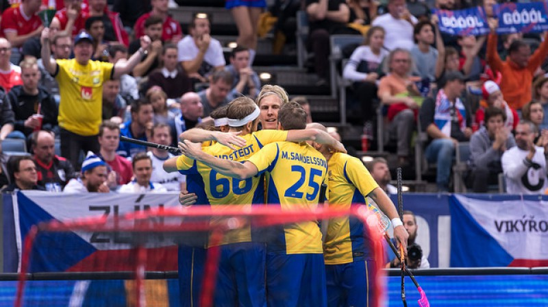 Zviedriem laimīga izglābšanās un vieta finālā Foto: IFF Floorball