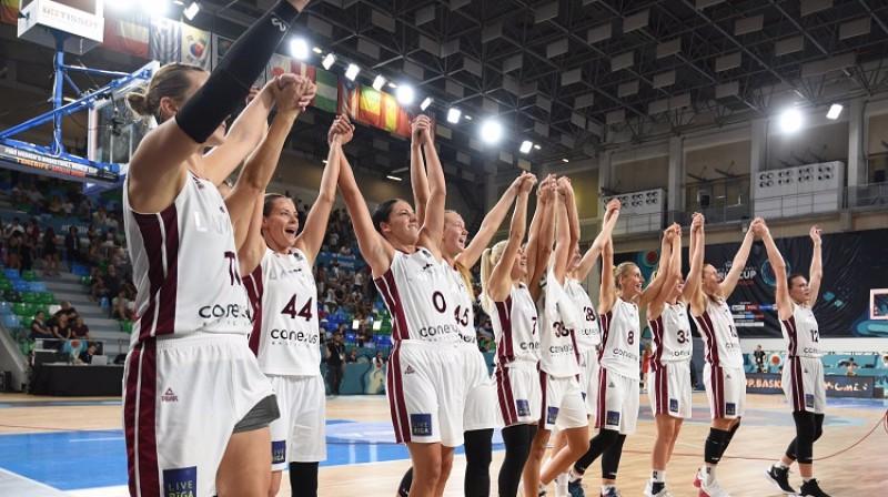 Latvijas sieviešu izlase. Foto: Romāns Kokšarovs/f64