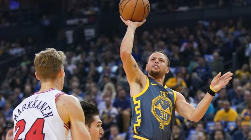 """Stefans Karijs uzbrūk grozam spēlē ar Čikāgas """"Bulls"""". Foto: Reuters/Scanpix"""
