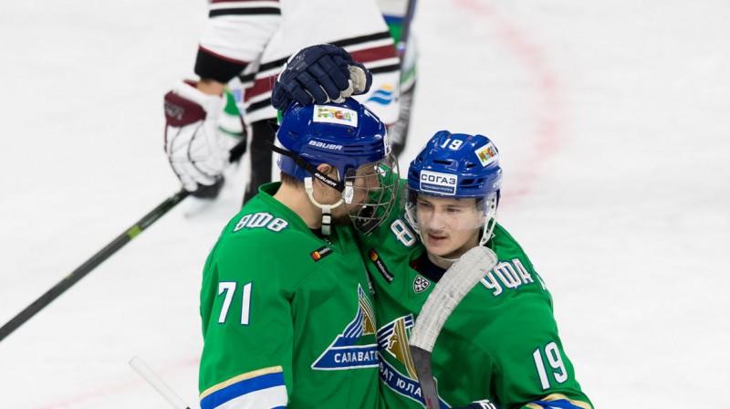 """Antons Burdasovs atzīmē uzvaras vārtus pret Rīgas """"Dinamo"""". Foto: hcsalavat.ru"""