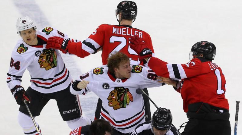 """Asumi Ņūdžersijas """"Devils"""" un Čikāgas """"Blackhawks"""" spēlē. Foto: Reuters/Scanpix"""