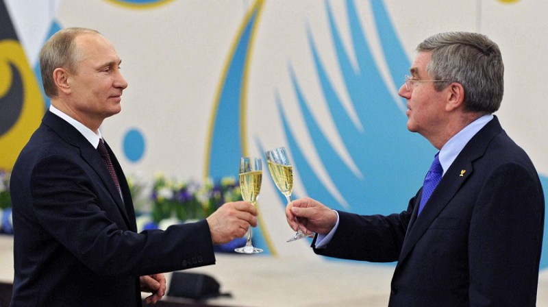 IOC prezidents Tomass Bahs un Krievijas prezidents Vladimirs Putins 2014. gada 24. februārī Sočos saskandina glāzes oficiālajā IOC pieņemšanā. Foto: AP/Scanpix