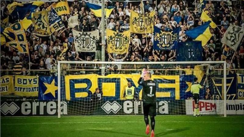 """Kristaps Zommers """"Parma"""" līdzjutēju priekšā. Foto no sportista Instagram konta"""