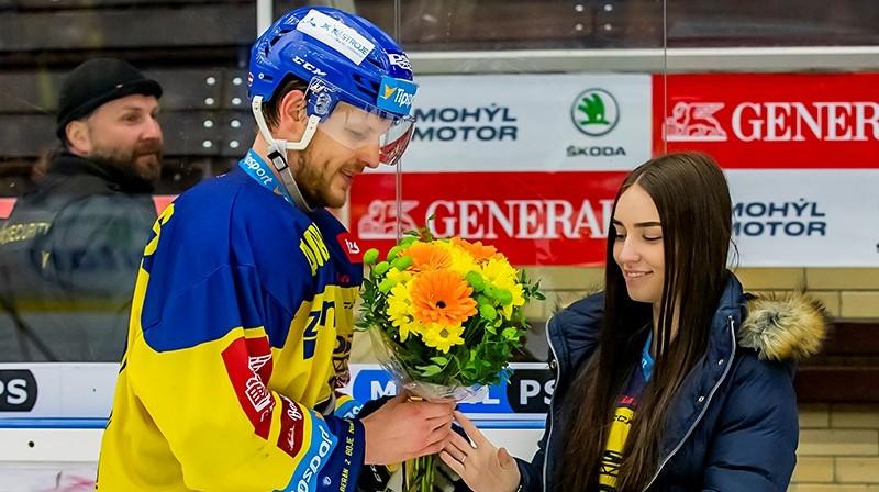 Ralfs Freibergs tiek sveikts kā labākais spēlētājs. Foto: Jiří Zaňát / Zlin Press, hokej.zlin.cz