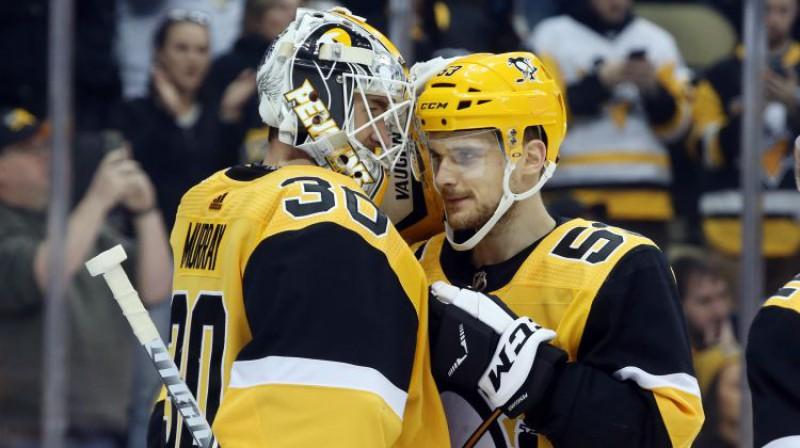 Pitsburgas vārtsargs Mets Marejs un Teodors Bļugers apsveic viens otru ar uzvaru. Foto: USA Today Sports/Scanpix