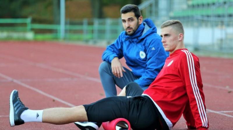 Marko Savīno Latvijas izlases treniņā kopā ar valstsvienības futbolistu Vladislavu Gutkovski. Foto: LFF