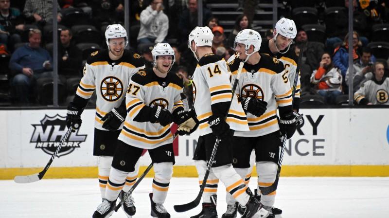 """Bostonas """"Bruins"""" hokejisti priecājas par vārtu guvumu NHL spēlē. Foto: Reuters/Scanpix"""