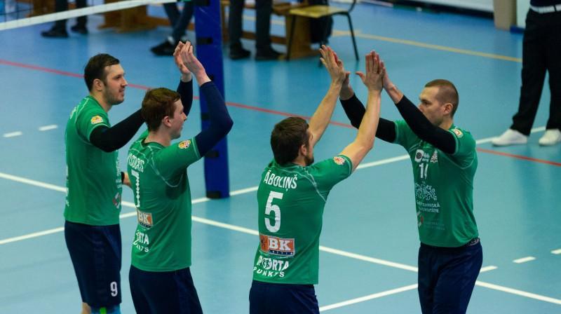 Armanda Āboliņa (Nr. 5) iedvesmotie rīdzinieki revanšējās Rakverei par zaudējumu pirmajā spēlē Foto: Facebook/RTU Volley